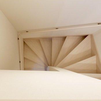 こんな階段を降りて2階へ。