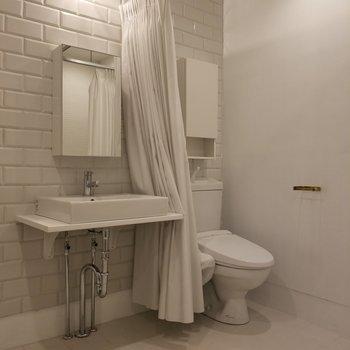 洗面台とトイレ。煉瓦の演出がグッド。