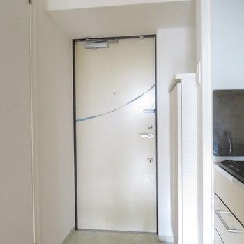 玄関は1人には十分の大きさ(※写真は10階の同間取り別部屋のものです)