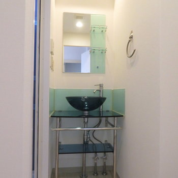 特徴ある洗面台、実際は白いボウルです(※写真は10階の同間取り別部屋のものです)
