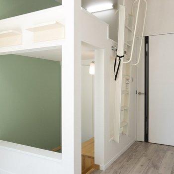 壁一面はグリーン。森の中にいるみたい※写真は1階の同間取り別部屋のものです