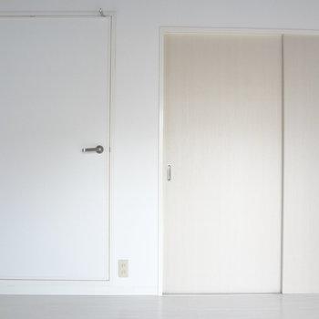 引き戸の先がもう一つの洋室です。