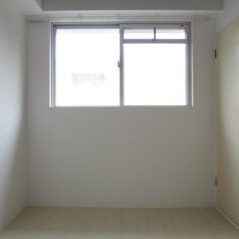 寝室にも窓があるってうれしいな〜