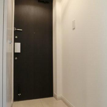 モノトーンカラーの玄関。※写真は前回募集時のものです