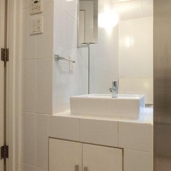 清潔なホワイト。洗面台。※写真は前回募集時のものです