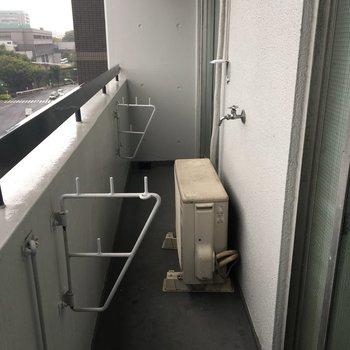 バルコニーは細長いです。洗濯機は外に