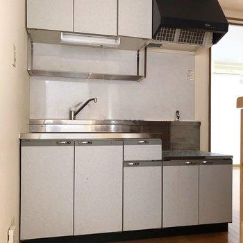 キッチンはどっしりサイズ。収納もたくさん(※写真は清掃前のものです)