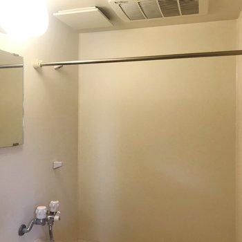 な、なんと浴室乾燥機もついていますよ〜!(※写真は清掃前のものです)