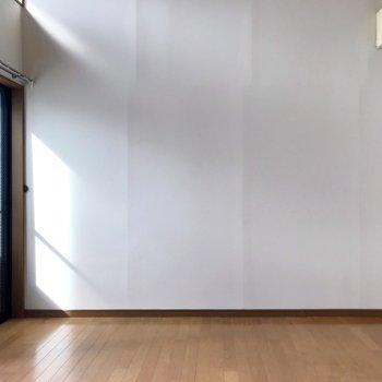 扉を開けて見える景色。シンプルに家具を配置しよう(※写真は清掃前のものです)