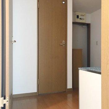 続いて水回りへ。冷蔵庫は目の前の扉横に置けますよ。(※写真は清掃前のものです)