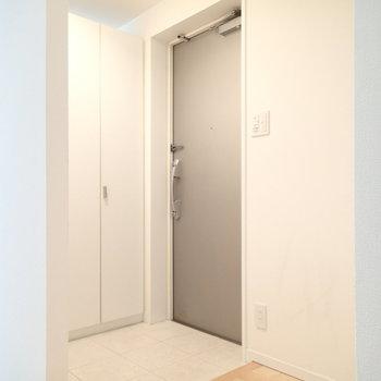 玄関。壁があってすぐに室内が見えないのがいいですね。