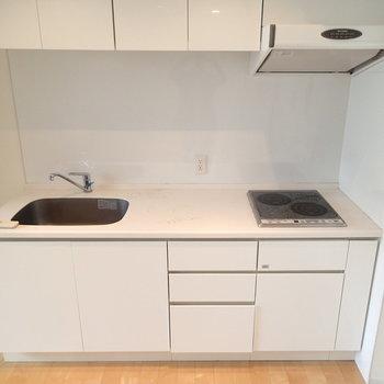 キッチンはIH2口コンロです。収納はたっぷり。