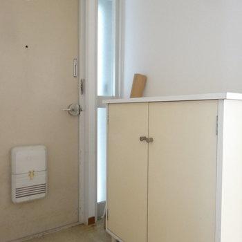 玄関もシンプルに。ガラスから光が漏れてイイ感じ。※写真はクリーニング前です。