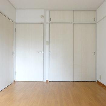 洋室もシンプルな白。※写真はクリーニング前です。