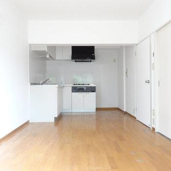 白い空間はとってもスッキリ。※写真は前回募集時、クリーニング前のものです。キッチンの色は実際異なります。