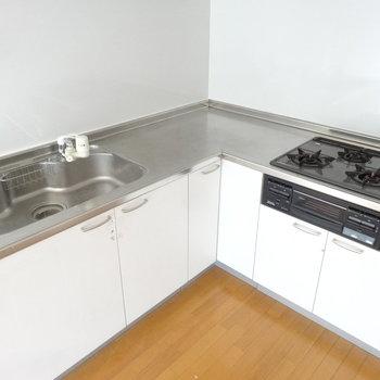 スペースもゆったりしていて使いやすそうです。※写真は前回募集時、クリーニング前のものです。キッチンの色は実際は異なります