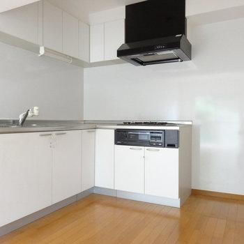 キッチンはL字型でとっても広々。※写真は前回募集時、クリーニング前のものです。キッチンの色は実際は異なります