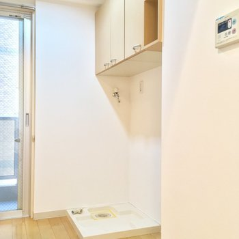 そんなキッチンの背面に洗濯機置場