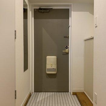 玄関も白いタイルで素敵!
