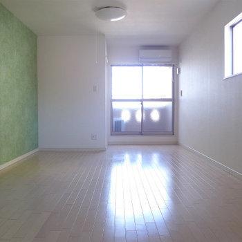 北向きの窓ですが、光がちゃんと入ります!*写真は別部屋です