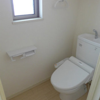 トイレにも窓があって明るい!ウォシュレット付き。