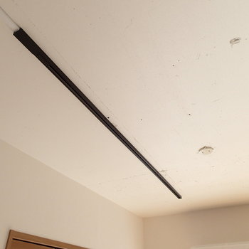 天井は一部コンクリートに白の塗装。