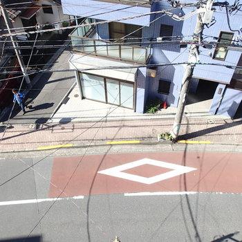 西側の窓からは東中野南口からのメインの通りが見えます。
