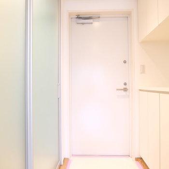 横はバスルーム、不透明でよかった