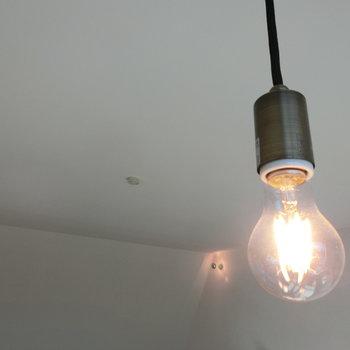 上から吊るされたLDKの照明