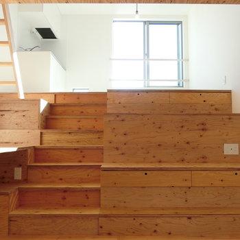 上へ上がるとLDK※写真は同じ間取りで同じ階、別部屋のものです