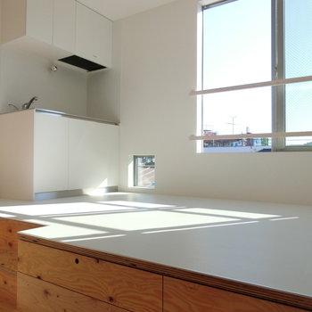 青空を映し出す窓。日当たりがいいな♪※写真は同じ間取りで同じ階、別部屋のものです
