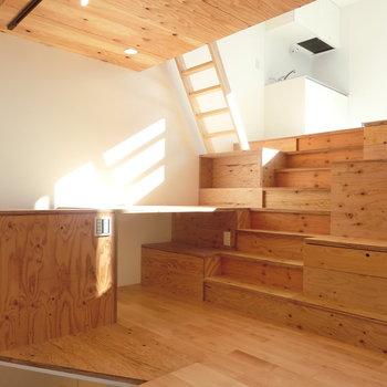 木の階段。棚にもなります※写真は同じ間取りで同じ階、別部屋のものです