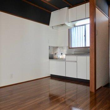 キッチンスペース。壁付けでテーブル置けるかな?