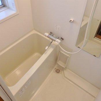 お風呂は窓付きで湿気知らず!