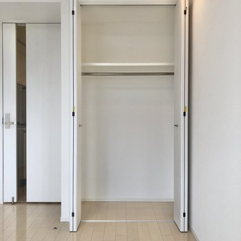 服をかけやすい高さです。※写真は5階の同間取り別部屋のものです