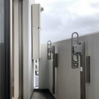 バルコニーはコンパクト。※写真は5階の同間取り別部屋のものです