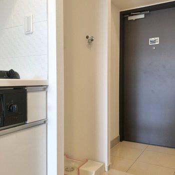 キッチン横に洗濯機置き場。※写真は5階の同間取り別部屋のものです