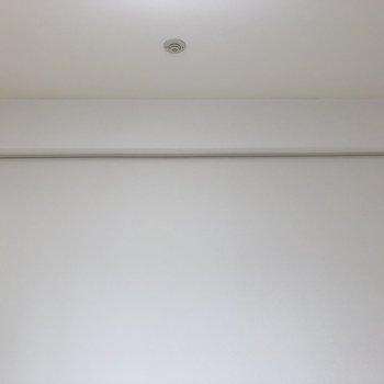 ドライフラワーを吊るしてみては。ピクチャーレールが備え付き。※写真は5階の同間取り別部屋のものです