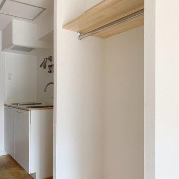 収納はオープンタイプに※写真は同間取り別部屋