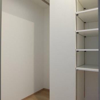 小さなウォークインクローゼット※写真は反転間取り別部屋のものです
