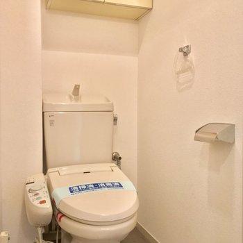 収納+ウォシュレット付きのトイレ