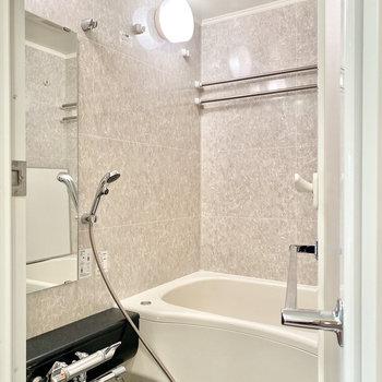 シックなお風呂場ですね。浴室乾燥機付きですよ。