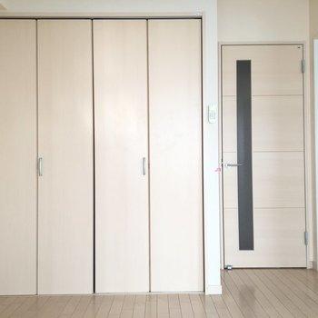 バルコニー側から見るとこんな感じ。奥の扉は廊下へと繋がってます。 ※写真は前回募集時のものです