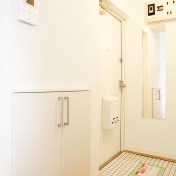 白いタイルがかわいい玄関。どんな靴おこうかな