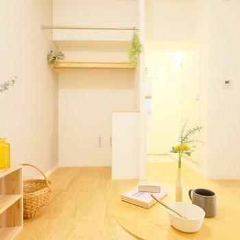 ソファからの眺め。無垢の床があたたかみある空間を演出。