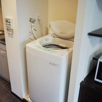 洗濯機はキッチン横に・・。※写真は8階の反転間取り別部屋のものです。