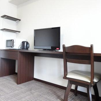 TVに電子レンジや電気ケトル、洗濯機まで備え付けとは恐れ入ります。※写真は8階の反転間取り別部屋のものです。