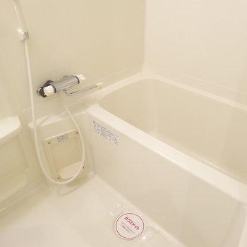 お風呂はゆったり・・。※写真は8階の反転間取り別部屋のものです。