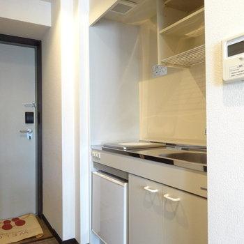 キッチンはコンパクト。ミニ冷蔵庫もついてますよー!※写真は8階の反転間取り別部屋のものです。