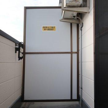バルコニーは普通サイズかな※写真は2階の同間取り別部屋、モデルルームのものです